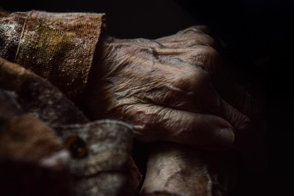 Bejaard bejaarden bejaardentehuis lichaam lichamelijke aftakeling huid Potvliege photography fotografie Fotograaf gent oost-vlaanderen elderly retirement elderly care retirement home photographer ghent
