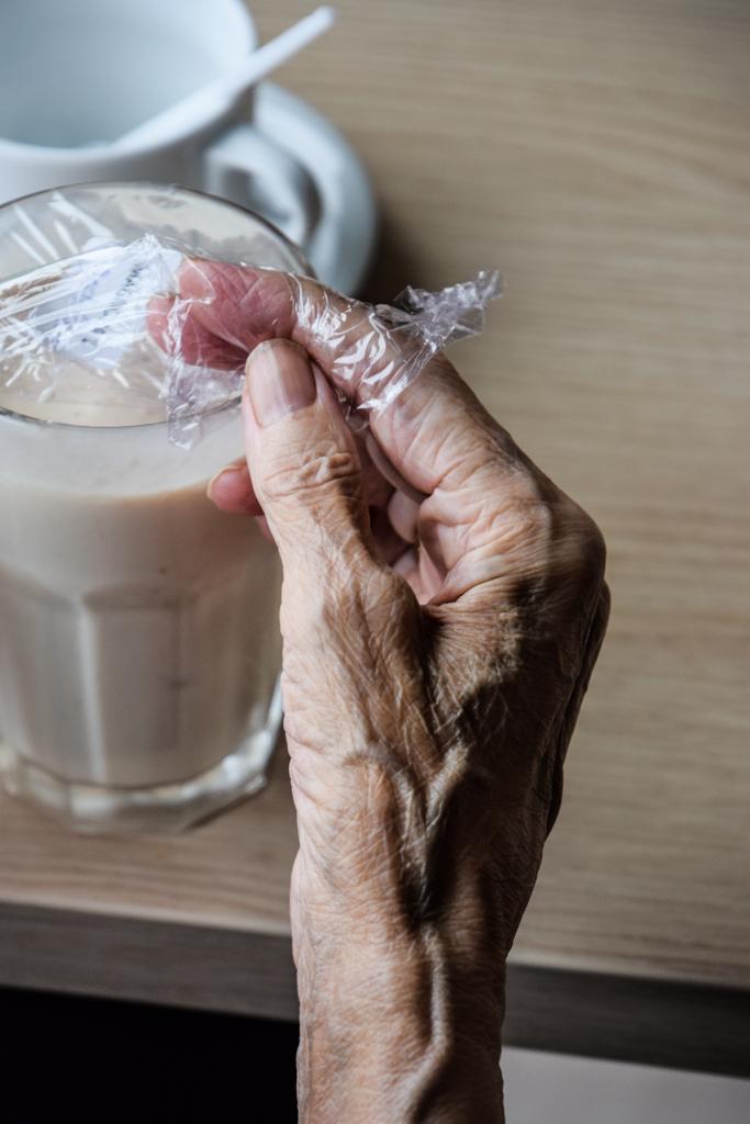 Bejaard bejaarden bejaardentehuis lichaam lichamelijke aftakeling huid Potvliege photography fotografie Fotograaf gent oost-vlaanderen elderly retirement elderly care retirement home photographer